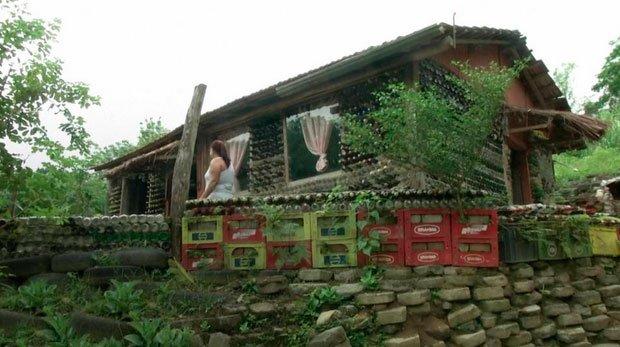 Una casa construida con 6.000 botellas desechadas